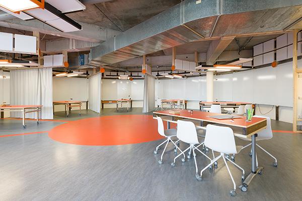 Alcoves de travail du laboratoire de conception innovante de l'ESB