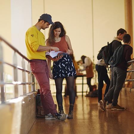 les étudiants dans les couloirs de l'ESB