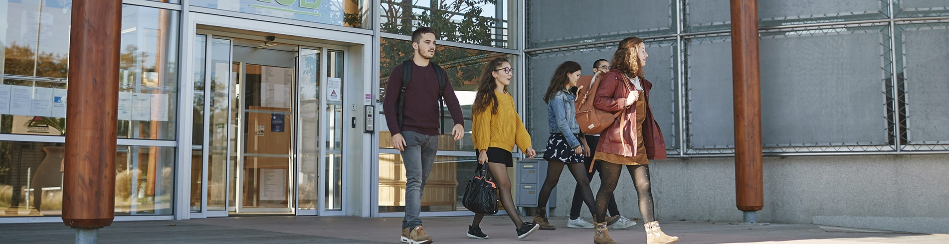 quatre etudiants sortent de cours