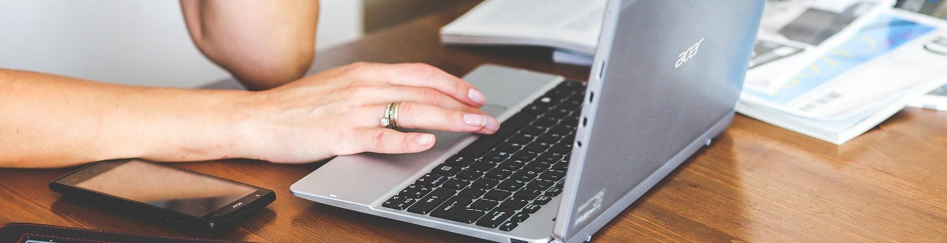 jeune fille travaillant sur un ordinateur portable