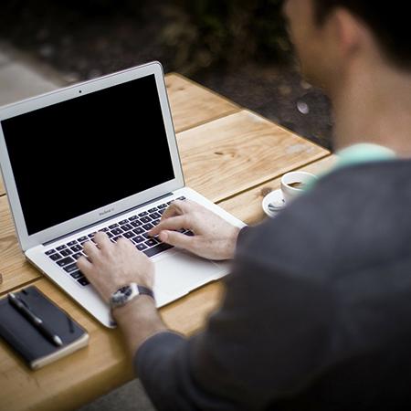 étudiant travaillant sur un ordinateur sur ordinateur