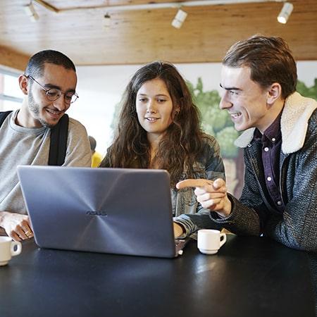 étudiants discutant devant un ordinateur