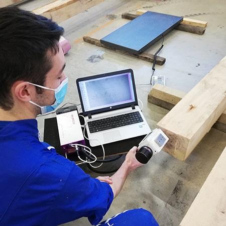 Elève ingénieur de l'ESB en projet de caractérisation du bois
