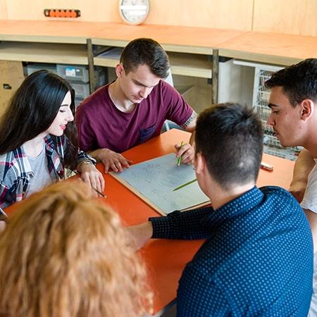Etudiants de l'ESB en travail de groupe